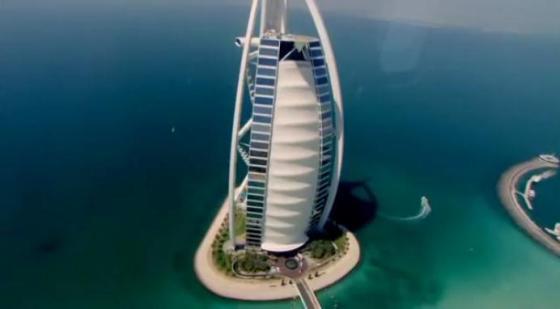 Nih dia penampakan Burj Al Arab, hotel yang terletak di tengah laut. Nah lho !