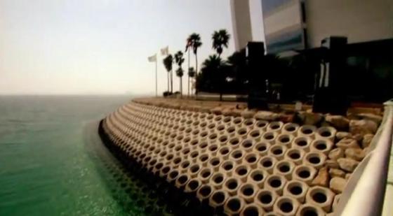 Wave breakernya Burj Al Arab yang terletak mengelilingi kaki - kaki fondasinya.